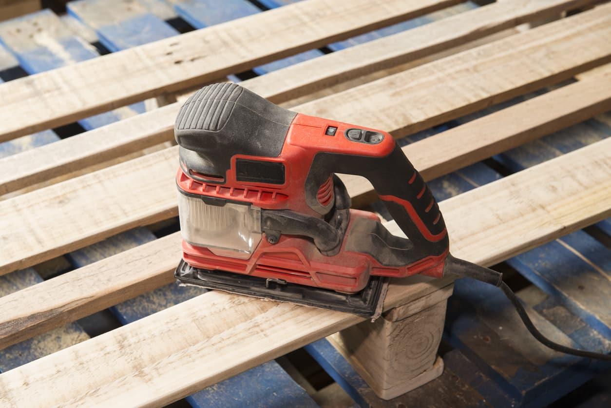 Poncer une palette en bois