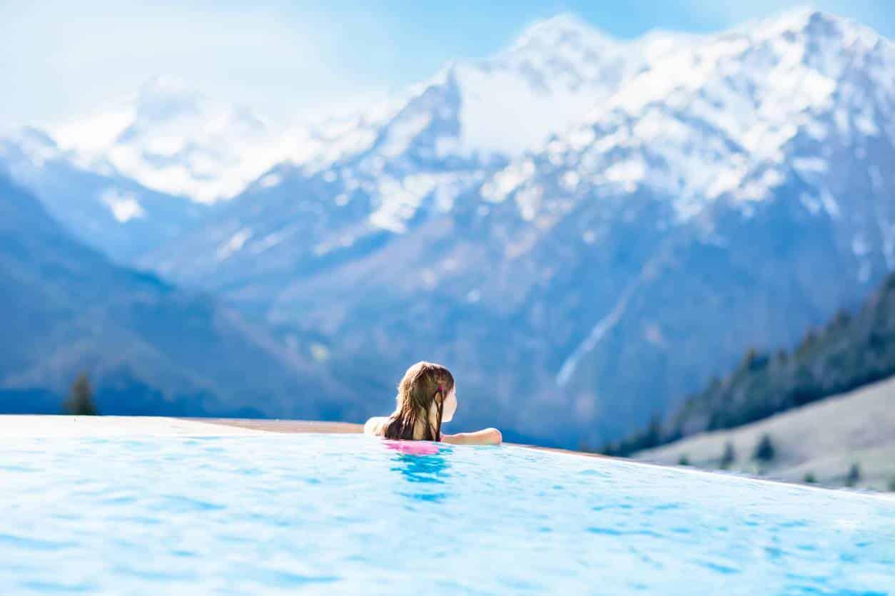 piscine dans les montagnes